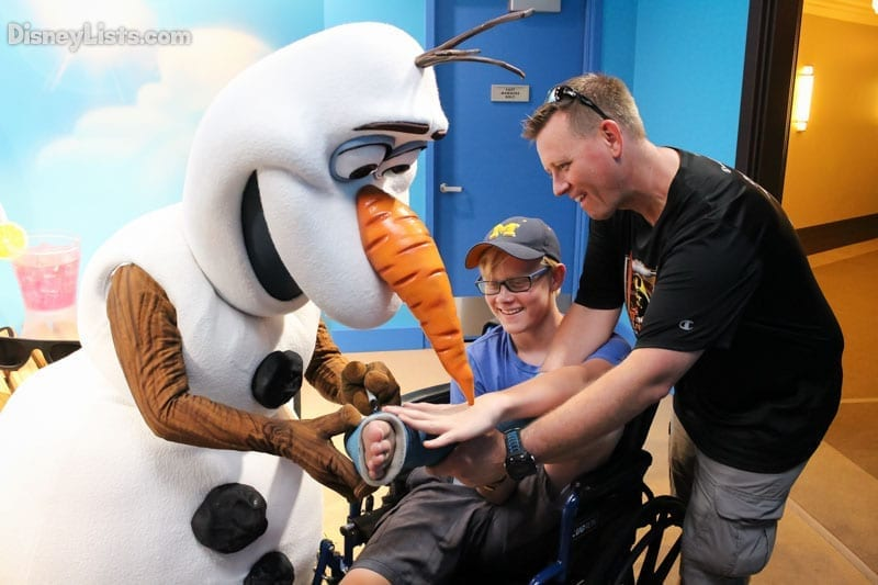 olaf-signs-a-cast